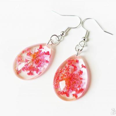 Ružové slzové náušnice zo živice s kvetmi