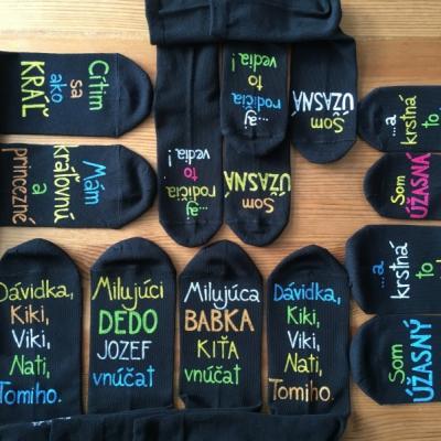 Maľované tmavé ponožky s nápisom a obrázkom na želanie