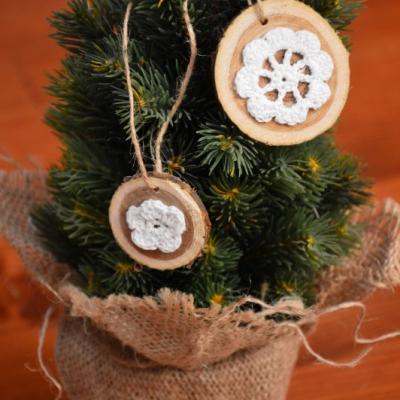 Vianočné ozdoby na stromček s háčkovaným kvietkom - sada 2ks