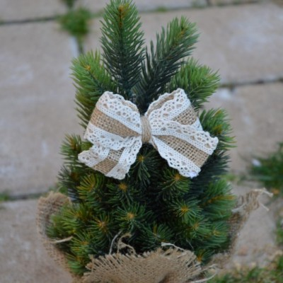 Jutové mašle s krajkou na stromček so štipčekom