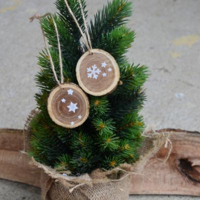 Vianočné drevené ozdoby - hviezdičky a vločky ručne maľované