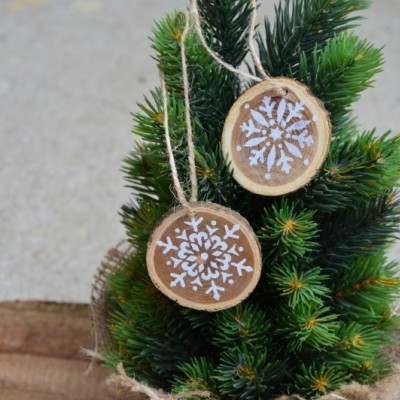 Vianočné drevené ozdoby - vločky ručne maľované