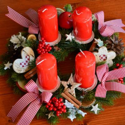 Tradičný vianočný adventný veniec