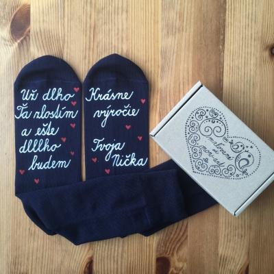 Maľované tmavomodré  ponožky ako darček k výročiu svadby