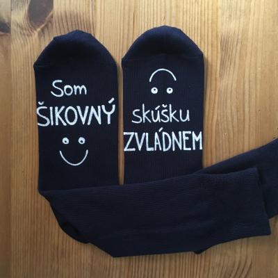 Maľované tmavé ponožky s nápisom