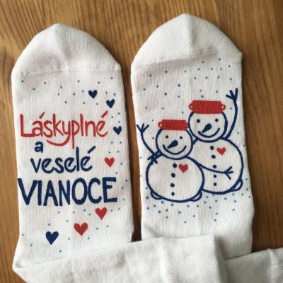 """Maľované biele vianočné ponožky s nápisom: """"Láskyplné veselé Vianoce ..."""