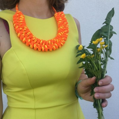 reflexný oranžový náhrdelník