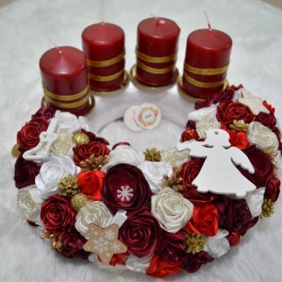 Červeno-biely adventný venček