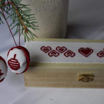 Čaro Vianoc - vyšívané oriešky v krabičke