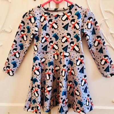 Tučniačikové vianočné šaty
