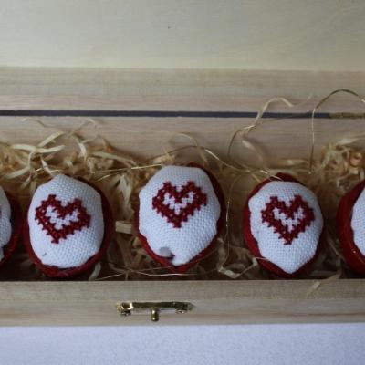 Láska vo vnútri - vyšívané oriešky v krabičke