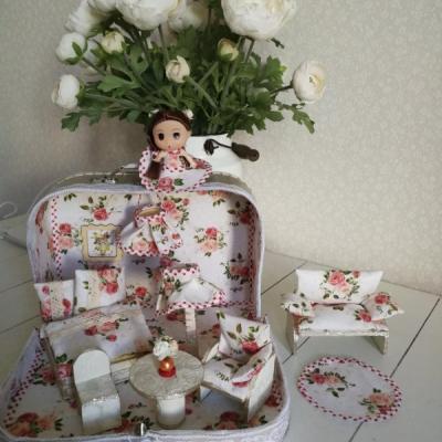 Kvietkovaný kufrík s bábikou a nábytkom