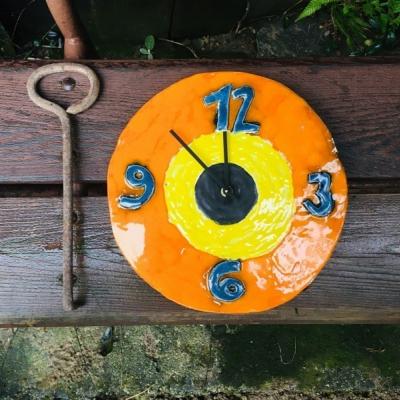 Keramické hodiny oranžové