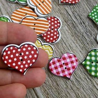 Drevené gombíky srdce 20 x 19 mm, 10 ks