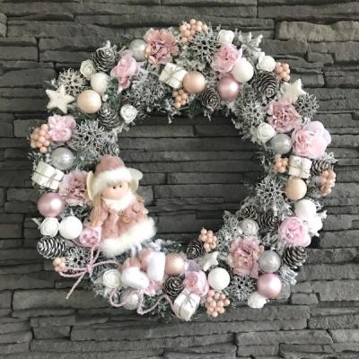 Vianočný zasnežený veniec na dvere
