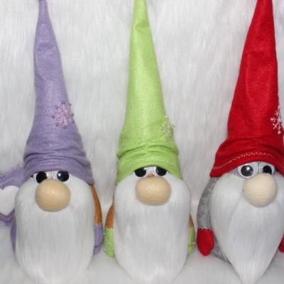 Vianočné dekorácie, škriatkovia, ozdoby.