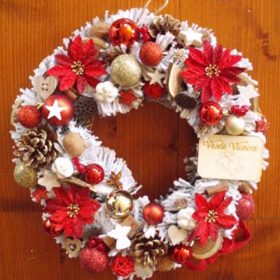 Červený zasnežený veniec s tabuľkou Veselé Vianoce 36cm