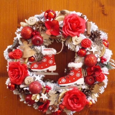 Červený vianočný veniec s korčulami 36cm