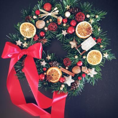 Vianočný veniec v tradičných farbách