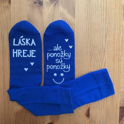 """Maľované modré valentínske ponožky s nápisom: """"LÁSKA HREJE, ale ponožky sú ponožky :)"""""""