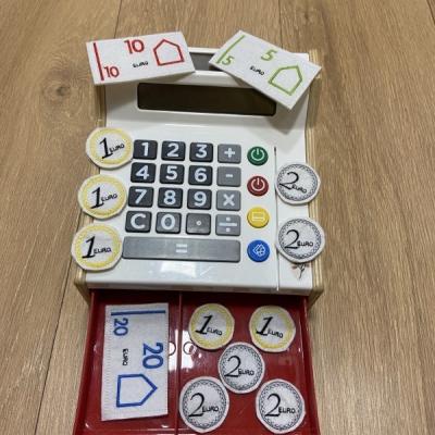 Vyšívané peniažky na hranie aj učenie