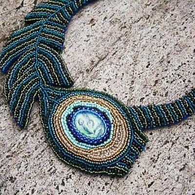 Pávie pierko - autorský dizajnový náhrdelník
