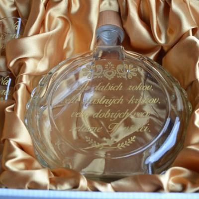 flaša a sada štamprlikov v zlatej  k výročiu