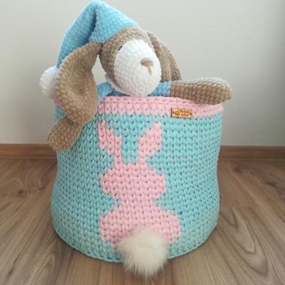 Háčkovaný košík na hračky so zajačikom