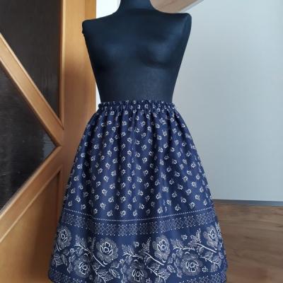 Modrá sukňa bordúra