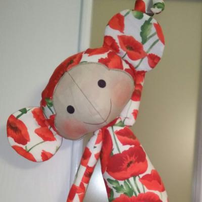 Opička s makovými kvetmi