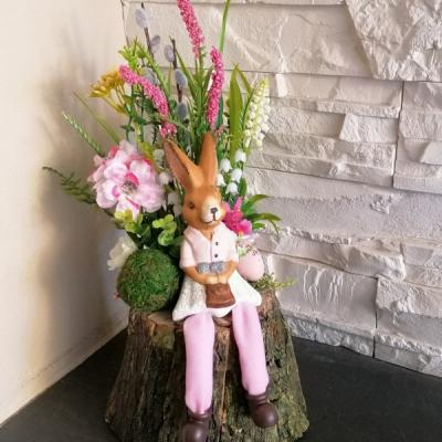 Veľkonočná dekorácia so zajačikom na pniku