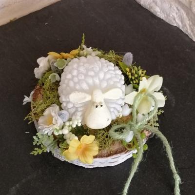 Veľkonočná ovečka sviečka na dreve