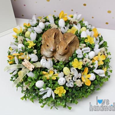 Veľkonočný aranžmán so zajkami na brezovom pláte