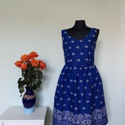 Modré šaty bordúra