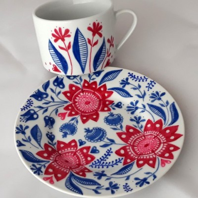 porcelánová šálka Kvetinový ornament (modrá a červená)