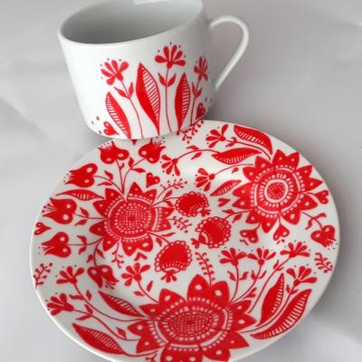 porcelánová šálka Kvetinový ornament (červená)
