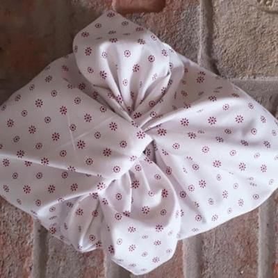 Ľudové bavlnené vrecko pre prirodzenejší a elegantnejší spôsob balenia potravín