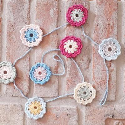 Háčkovaná kvetinová girlanda - závesná dekorácia