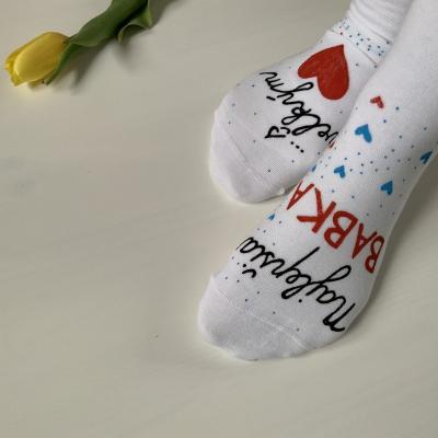"""Maľované biele ponožky s nápisom: """"Najlepšia babka s veľkým ❤️"""