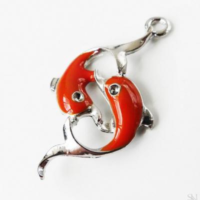 Kovový prívesok oranžové delfíny 41x23 mm