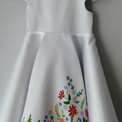 Nádherné dievčenské spoločenské šaty s ručnou výšivkou