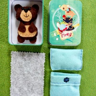Prítulný spiaci mini filcový macíček v krabičke v modrej perinke