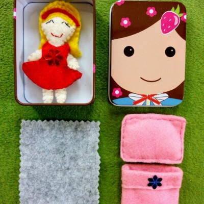 Prítulná spiaca mini bábika v krabičke v ružovej perinke.