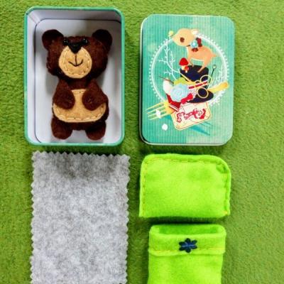 Prítulný spiaci mini filcový macíček v krabičke v zelenej perinke