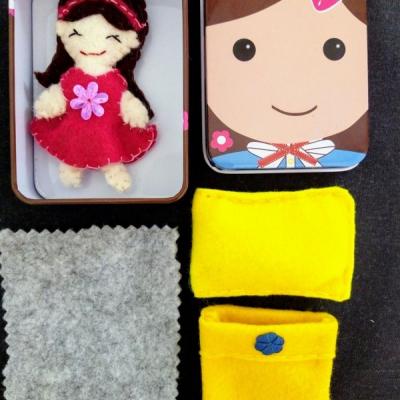 Prítulná spiaca mini bábika v krabičke v žltej perinke.