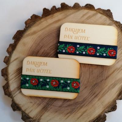 Folklórna drevená magnetka pre učiteľa/učiteľku