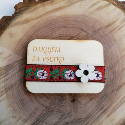 Folklórna drevená magnetka s kvietkom pre učiteľky