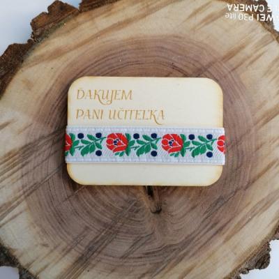 Folklórna drevená magnetka pre učiteľky
