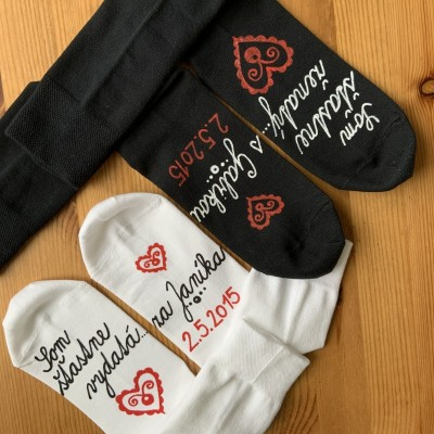 Maľované ponožky ako dar pre novomanželov alebo k výročiu svadby