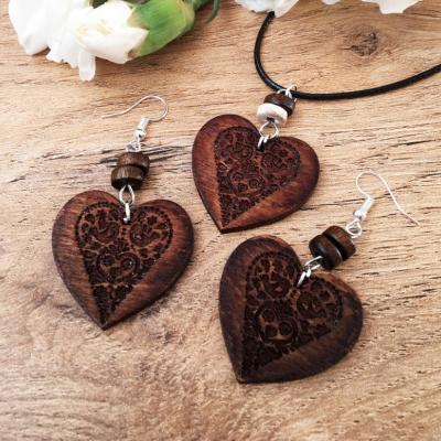 Tmavá folklórna srdiečková sada drevených šperkov